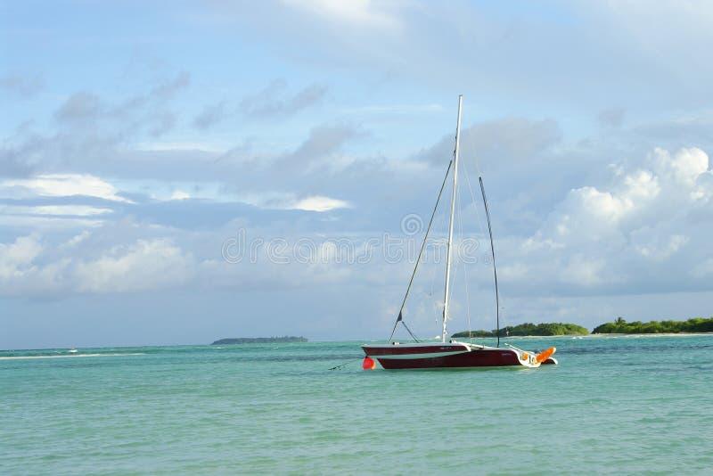 Sailboat στον κόλπο στοκ εικόνες