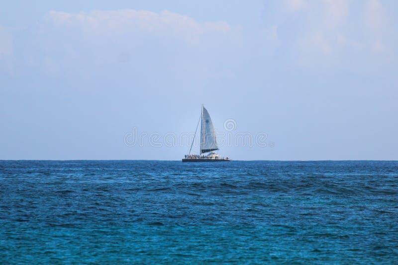 Sailboat στον ορίζοντα στοκ φωτογραφίες με δικαίωμα ελεύθερης χρήσης