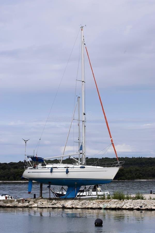 Sailboat στο έδαφος στοκ φωτογραφία με δικαίωμα ελεύθερης χρήσης