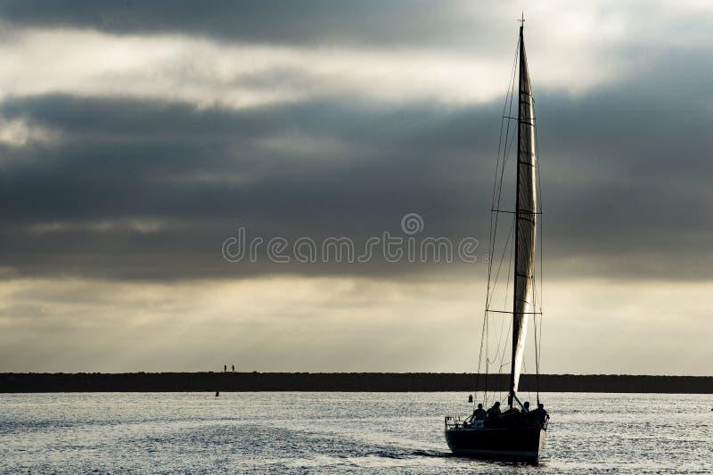Sailboat στο βράδυ στοκ φωτογραφία με δικαίωμα ελεύθερης χρήσης