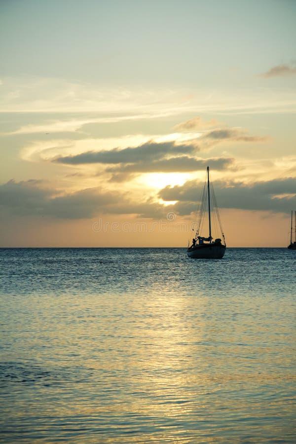 Sailboat στο ηλιοβασίλεμα, καλαφάτης Caye, Μπελίζ στοκ εικόνες
