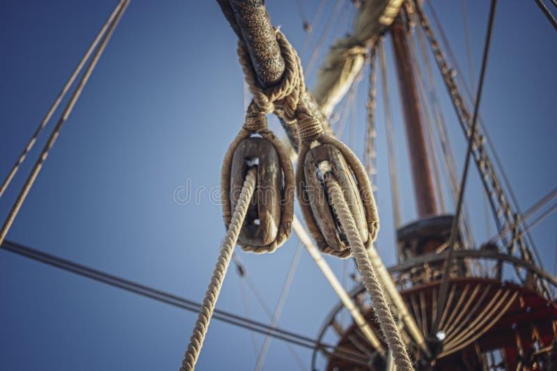 Sailboat σχοινί με τον ουρανό υποβάθρου στοκ εικόνα με δικαίωμα ελεύθερης χρήσης
