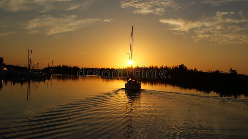Sailboat τίτλος έξω στο ηλιοβασίλεμα στοκ εικόνα