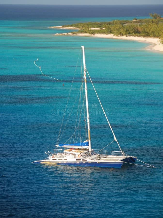 Sailboat amarrado imagem de stock