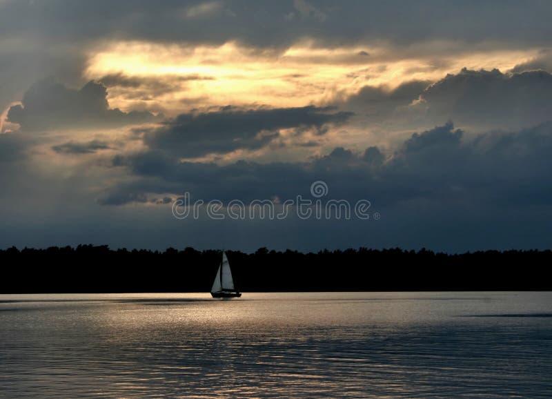 Sailboat de encontro ao céu #2 imagem de stock