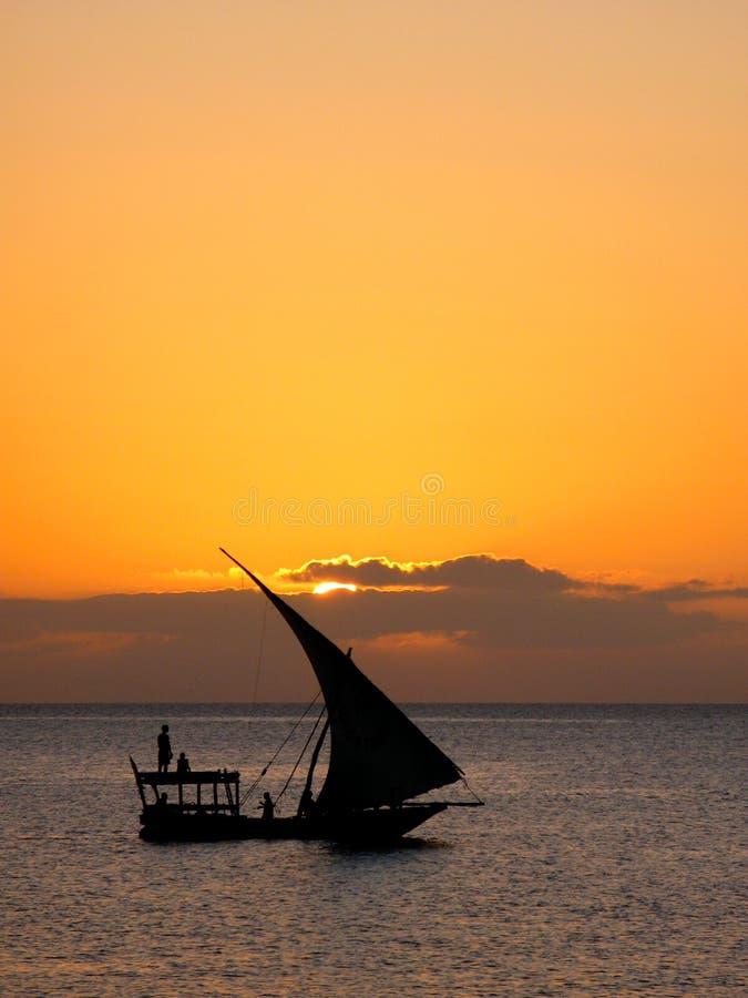 Sailboat de Zanzibar no por do sol foto de stock