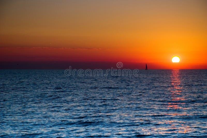 Sailboat do por do sol imagens de stock