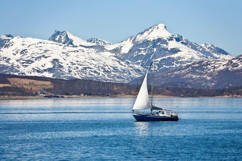 Sailboat e costa rochosa imagem de stock