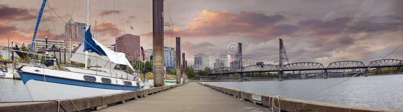 Sailboat entrado no porto da baixa de Portland Oregon foto de stock