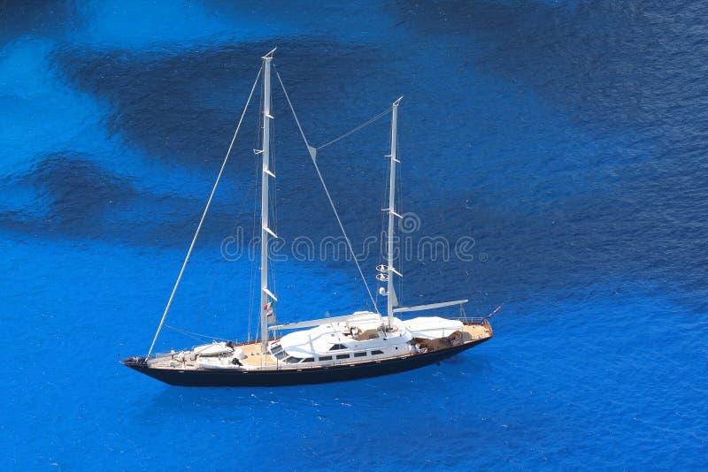 Sailboat luxuoso com mar azure imagem de stock