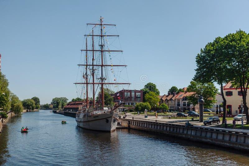 Sailboat Meridianas κοντά στην αποβάθρα σε Klaipeda, Λιθουανία στοκ φωτογραφία