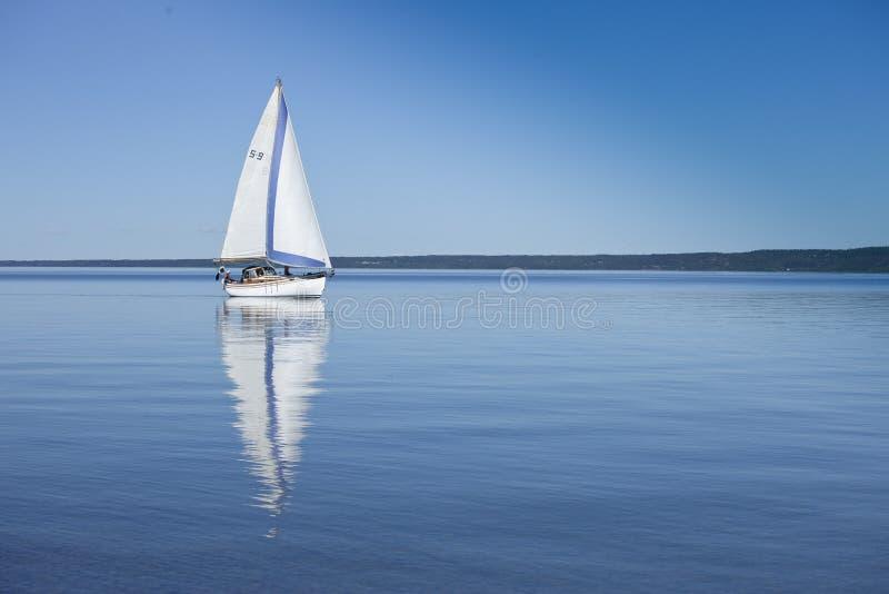 Sailboat na água calma imagens de stock