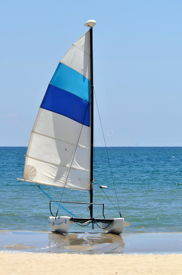 Sailboat na praia imagem de stock royalty free