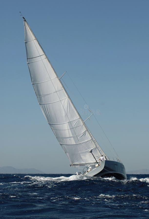 Sailboat na raça fotografia de stock