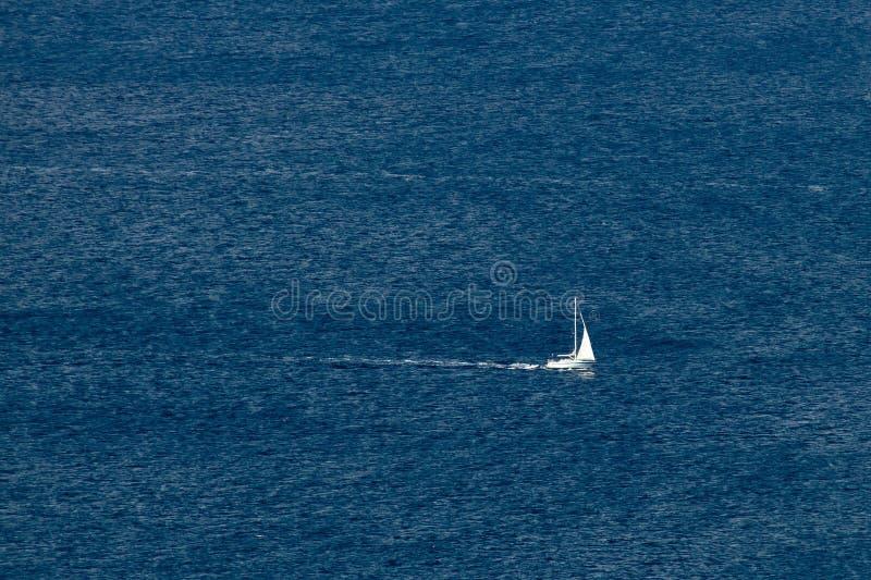 Sailboat no mar aberto fotografia de stock royalty free