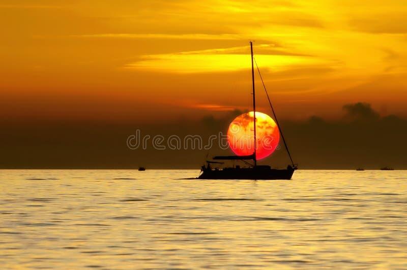 Sailboat no por do sol fotografia de stock