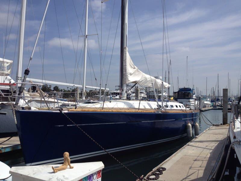 Sailboat no porto imagens de stock royalty free