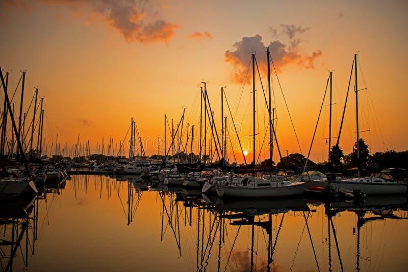 Sailboats ως ανόδους της The Sun στοκ εικόνες