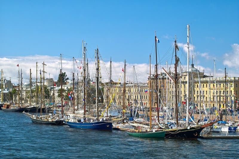 Sailboats na cidade foto de stock royalty free