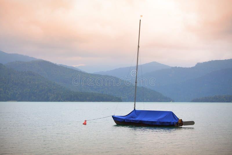 Sailboats no lago mountain foto de stock