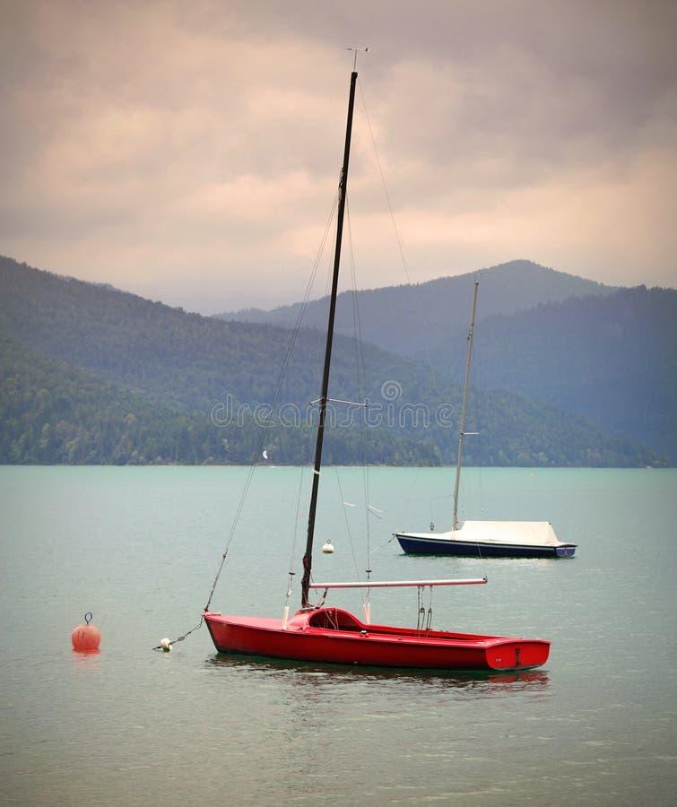 Sailboats no lago mountain fotografia de stock royalty free