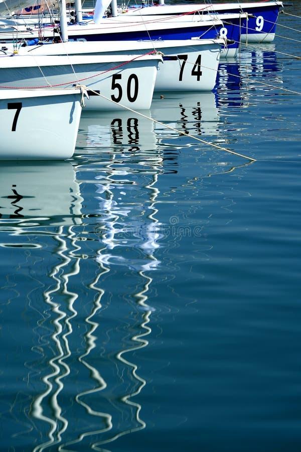 Sailboats no porto antes do começo do regatta fotos de stock royalty free