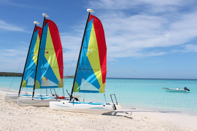 Sailboats tropicais da praia fotografia de stock royalty free