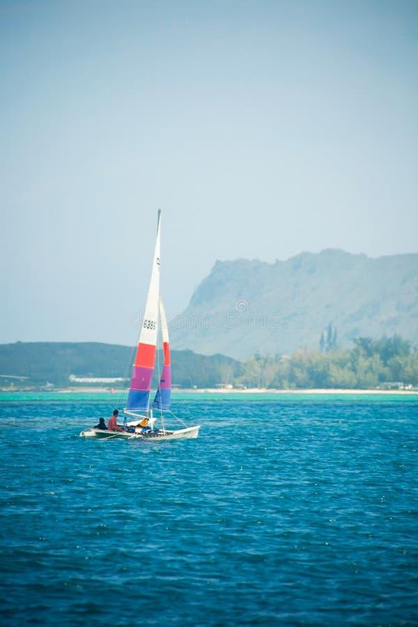 Sailers apprécient un beau jour hawaïen photo libre de droits