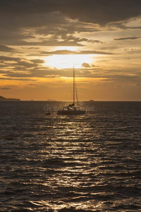 Sailing парусника в море стоковое изображение