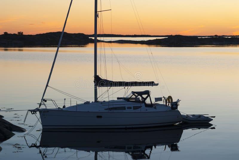 Eveninglight amarrado Sweden do sailingboat fotografia de stock royalty free