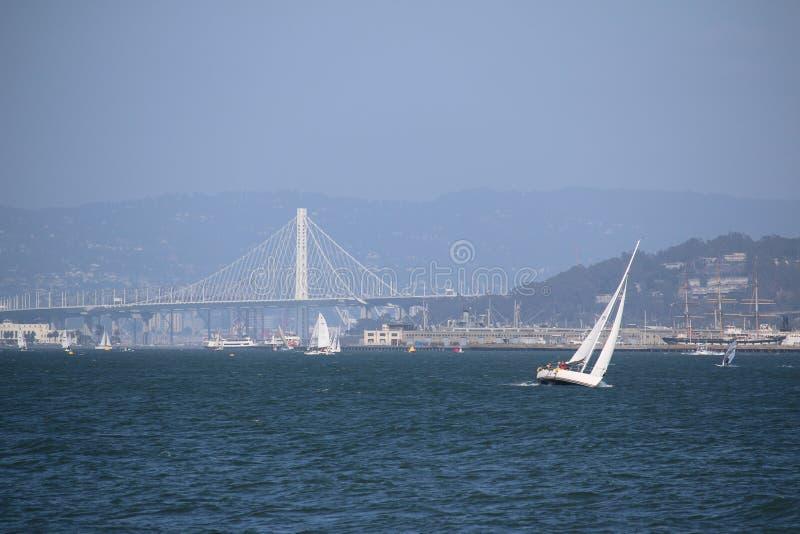 Sailingboat davanti a golden gate bridge, San Francisco, California, U.S.A. fotografie stock libere da diritti