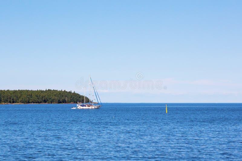 Sailingboat no mar imagens de stock royalty free