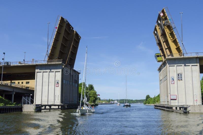 Sailingboats que passa a ponte aberta fotografia de stock royalty free
