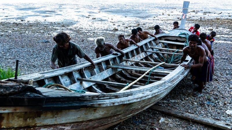 Sailling fartyg för Moken man på stranden på Ko Lao Island Ranong Province Thailand arkivbilder