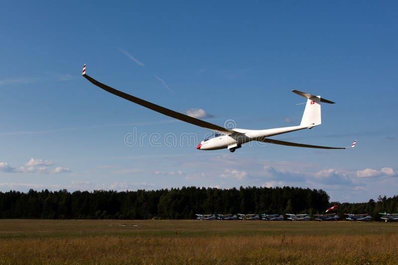 Sailplane auf abschließendem Gleitflug lizenzfreies stockbild