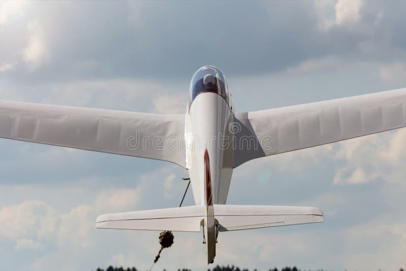 Sailplane beeing gesleept in de lucht royalty-vrije stock foto