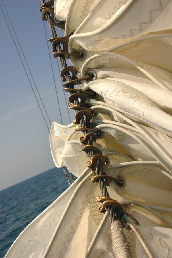 Sails rullade ihop på ett skepp royaltyfria bilder