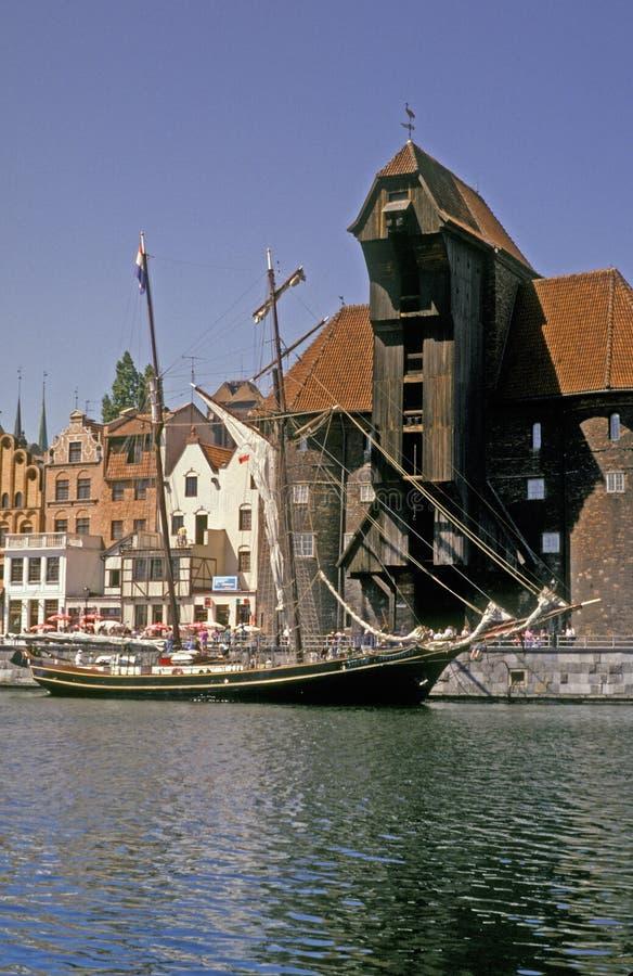 Sailship viejo y una grúa imagen de archivo libre de regalías