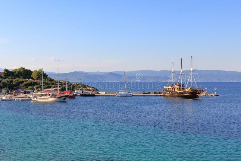 Sailships dans le port d'Ormos Panagias image libre de droits