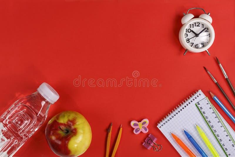 Sain, nourriture d'école, ciabatta, nutrition, l'eau pure, un sandwich, une pomme image stock