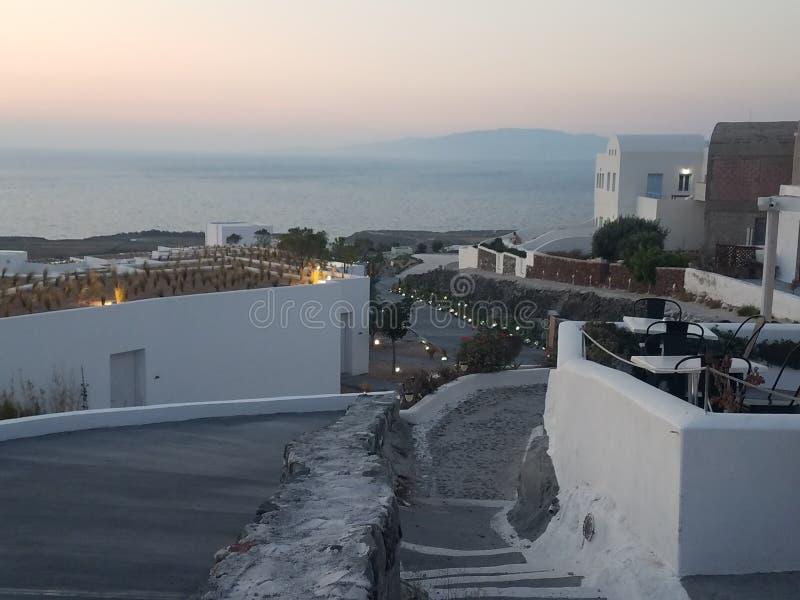Saindo de Santorini, Grécia, ao pôr do sol com o famoso autor mundial, H L Menos de 2019 imagem de stock