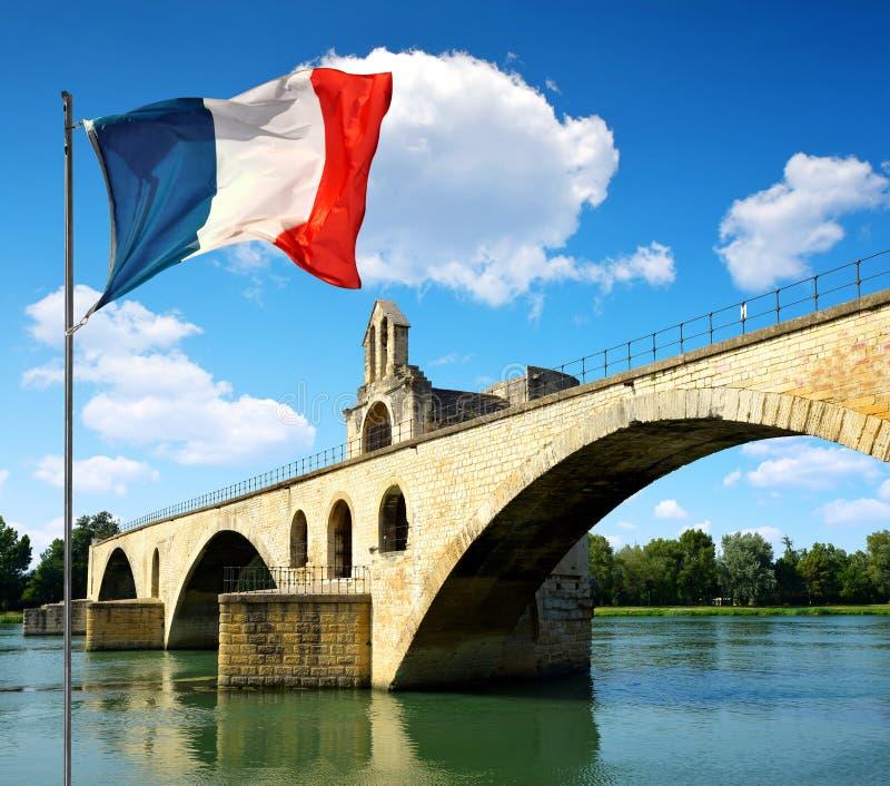 Saint-Benezet de Pont avec le drapeau français à Avignon image stock