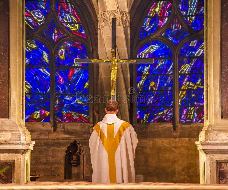 Saint de verre Severin Church Paris France de Praying Crucifix Stained de prêtre image libre de droits