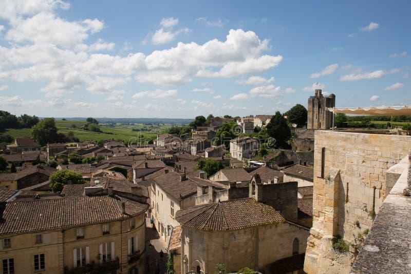Saint Emilion, Bordeaux/Frankrijk - 06 19 2018: de wijngaard van wijnroutes van stad één van heilige-emilionunesco van de belangr stock foto's