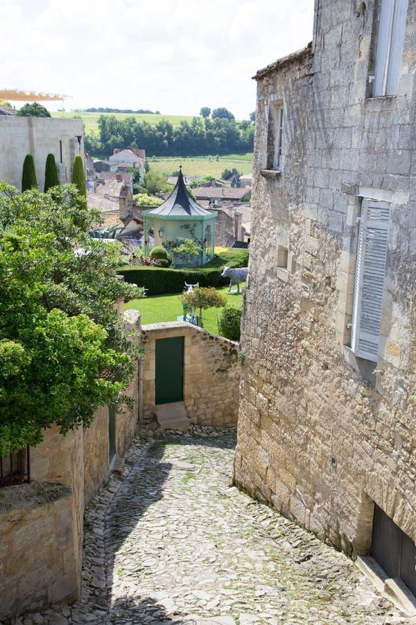 Saint Emilion, Burdeos/Francia - 06 19 2018: El vino de Burdeos encamina el viñedo de las calles hermosas de la ciudad de la UNES imagenes de archivo