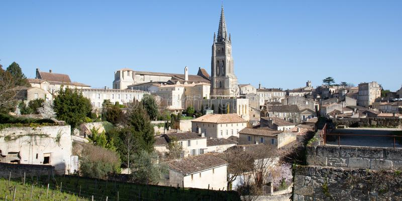 Saint Emilion, Gironde-Aquitaine/Frankrijk - 03 05 2019: landschapsmening van Saint Emilion-dorp in het gebied van Bordeaux stock afbeeldingen