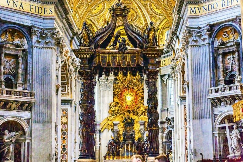 Saint-Esprit Vatican Rome Italie de Bernini Baldacchino de basilique du ` s de St Peter photographie stock libre de droits