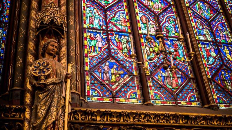 Saint famoso interior Chapelle, detalhes de mosaico de vidro bonito Windows imagens de stock