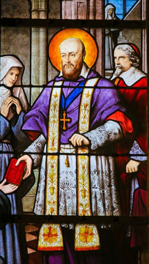 Saint Francois de Sales - vitral em Paris imagens de stock royalty free