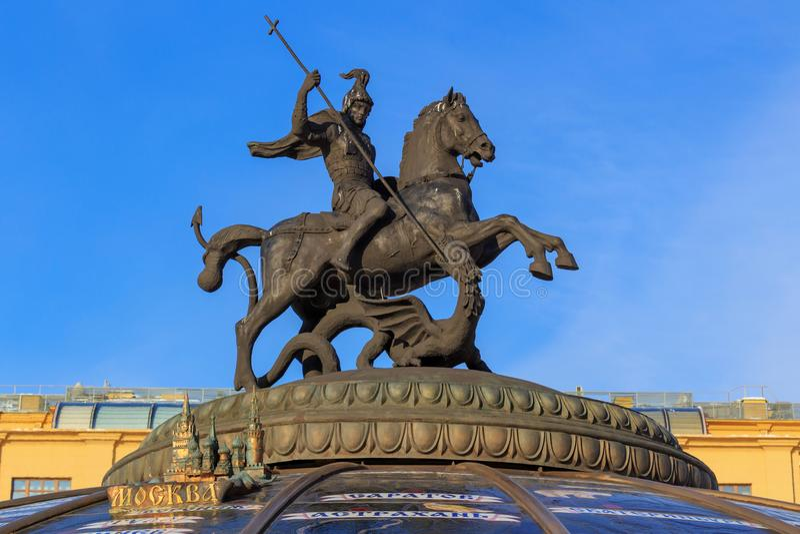 Saint Georges a estátua vitorioso no quadrado de Manege Moscovo no inverno imagem de stock royalty free
